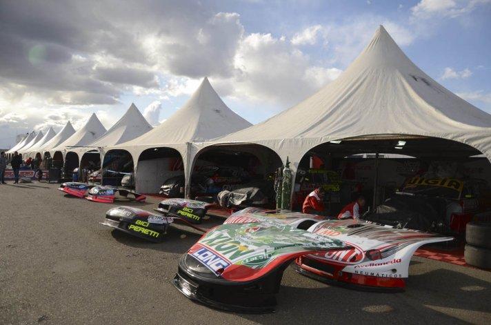 Las máquinas están en los boxes y los pilotos ya se alistan para salir a pista en el autódromo General San Martín.