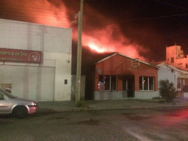 Anoche se incendió un bar y habitaciones de un local