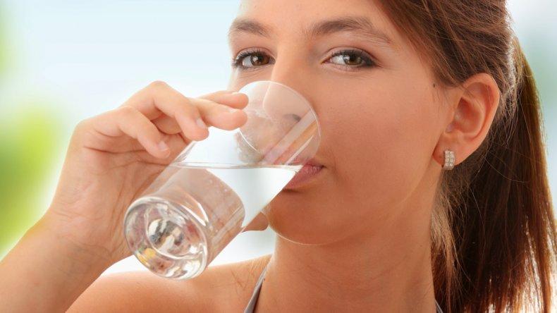 Los argentinos toman sólo dos de los  ocho vasos de agua recomendados por día