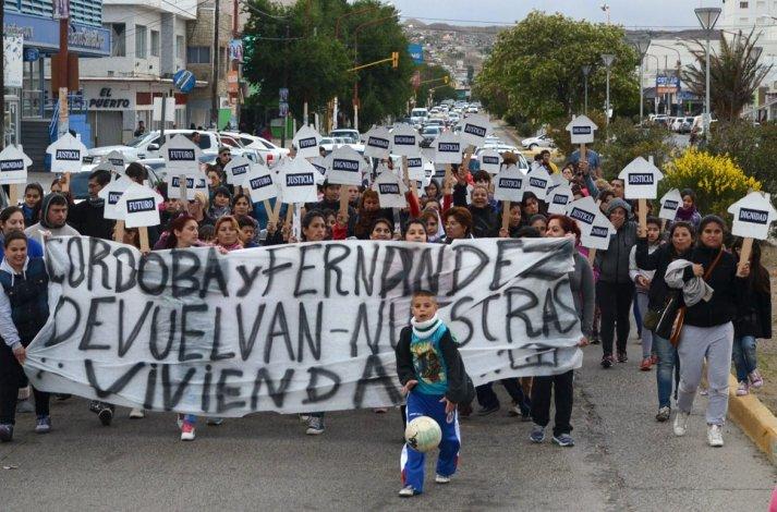 Centenares de vecinas que reclaman por el desalojo y posterior entrega legal de las viviendas usurpadas se manifestaron en las calles céntricas de esta ciudad.