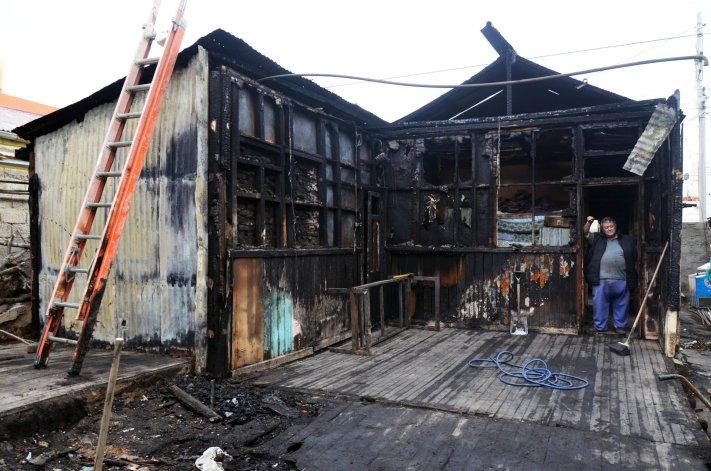 El incendio en el bar de la calle Bouchardo arrasó con dos habitaciones y parte del local que funciona hace 68 años en La Loma.