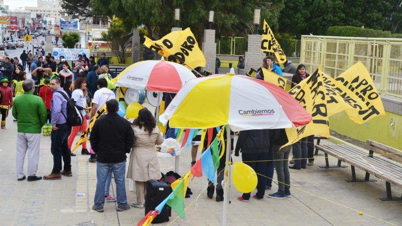 Con reparto de boletas, militantes de  Scioli y Macri cerraron las campañas