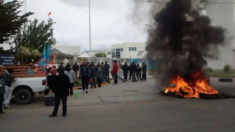 Paro y quema de cubiertas en Bolland por reclamo de recategorización