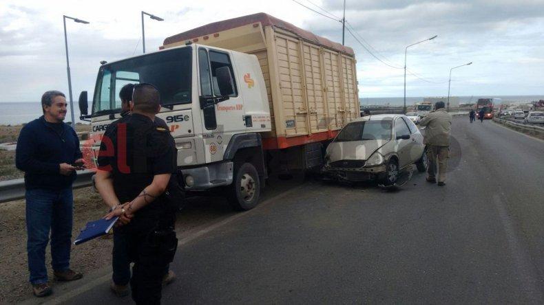 Un auto terminó debajo de un camión en plena Ruta 3