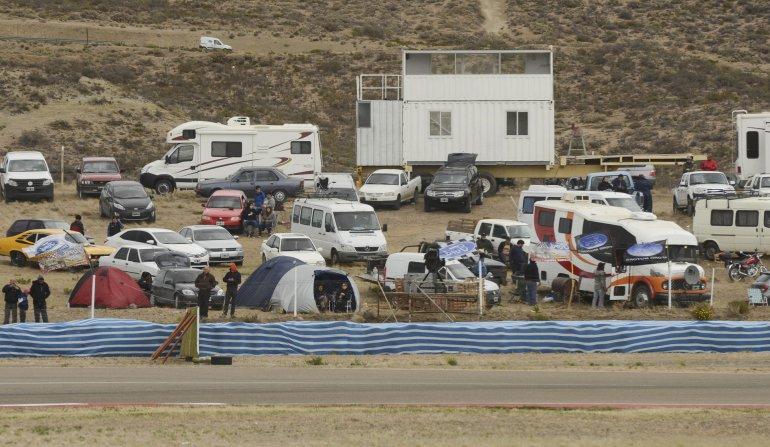 El público ya está instalado. Los motorhome y las carpas también forman parte del paisaje de la fiesta del TC.