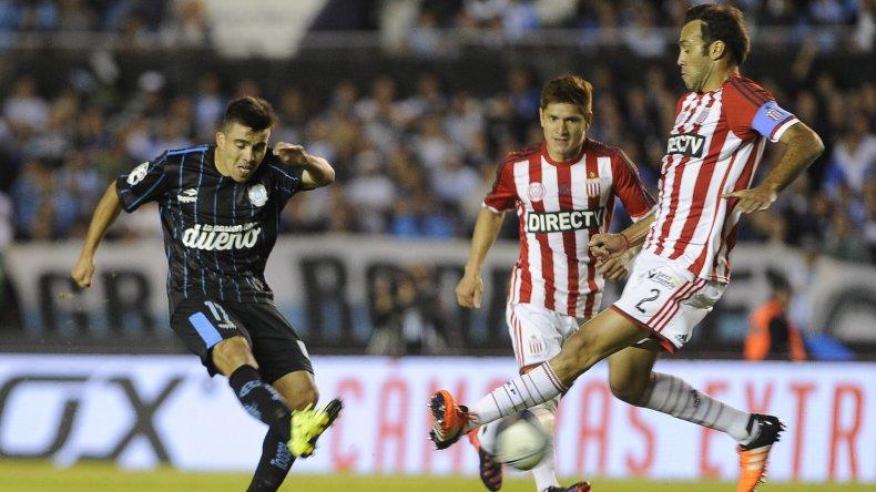Marcos Acuña convierte el primer gol de Racing anoche en Avellaneda.