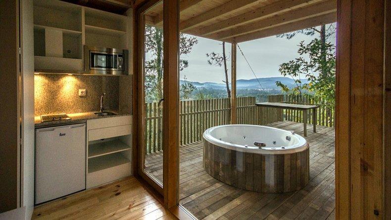 Las cabañas de madera están construidas en la copa de los árboles y ofrecen servicio de wi fi y jacuzzi.