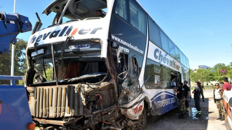El micro de doble piso involucrado en el accidente.