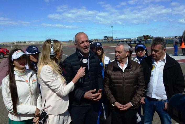 El gobernador dialoga con la TV Pública ayer en el autódromo General San Martín.