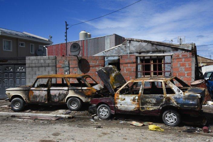 Los dos automóviles y la casa quedaron destruidas por los incendios del martes a la noche y ayer a la madrugada.