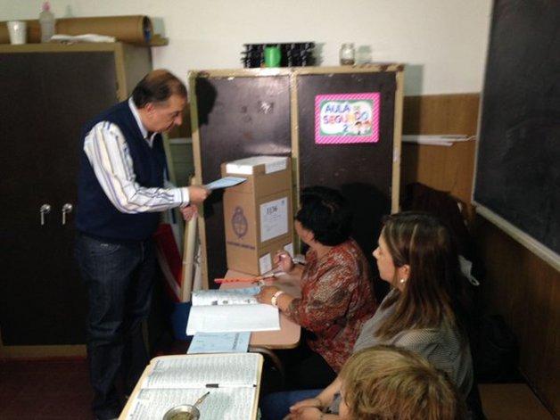 Así votó el intendente electo de Comodoro Carlos Linares esta mañana.