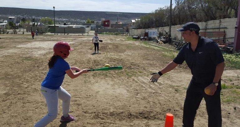 Rodrigo Jumilla -izq.- en una de las prácticas de softbol que busca establecerse en Rada Tilly.
