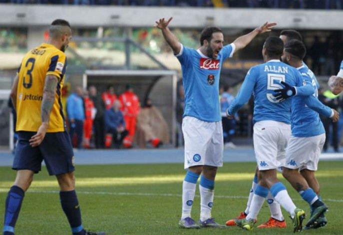 El Pipita Higuaín festeja el gol que le anotó ayer al Hellas Verona.