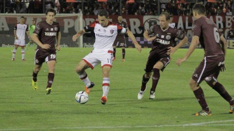 Lanús y Newells buscarán seguir esta noche en la liguilla Pre Sudamericana.
