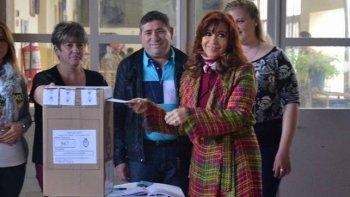 La presidente de la Nación, Cristina Fernández de Kirchner, emitió su voto en el Colegio Nuestra Señora de Fátima.