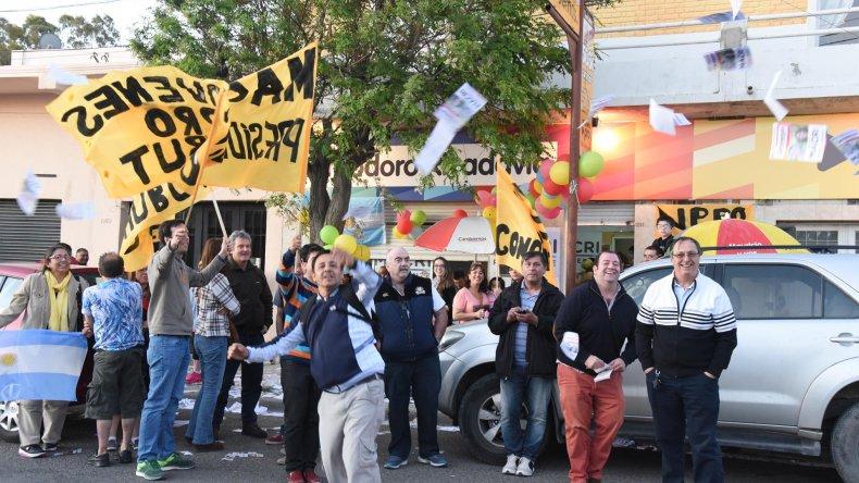 Banderas y globos amarillos en el festejo macrista de Cambiemos en Comodoro.