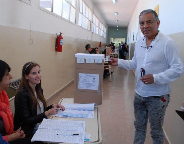 El comisionado de fomento de Cañadón Seco emitió su voto en la Escuela Primaria Nº 23.