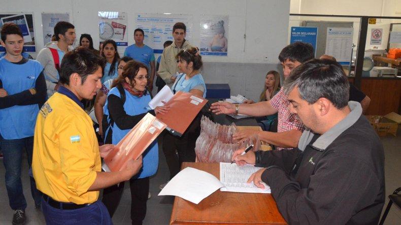 Llegan al Correo los primeros telegramas con los resultados electorales en Comodoro.