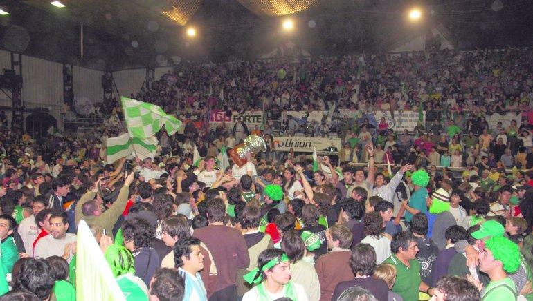 La gente festeja el título de Gimnasia en la temporada 2005-2006 de la Liga Nacional en un Socios que lució completo.