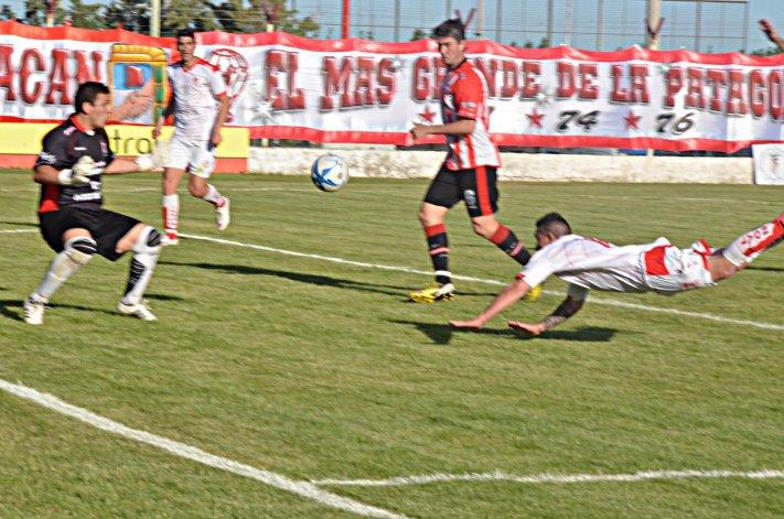 Esteban López intenta de palomita ante la buena actuación del arquero rival.
