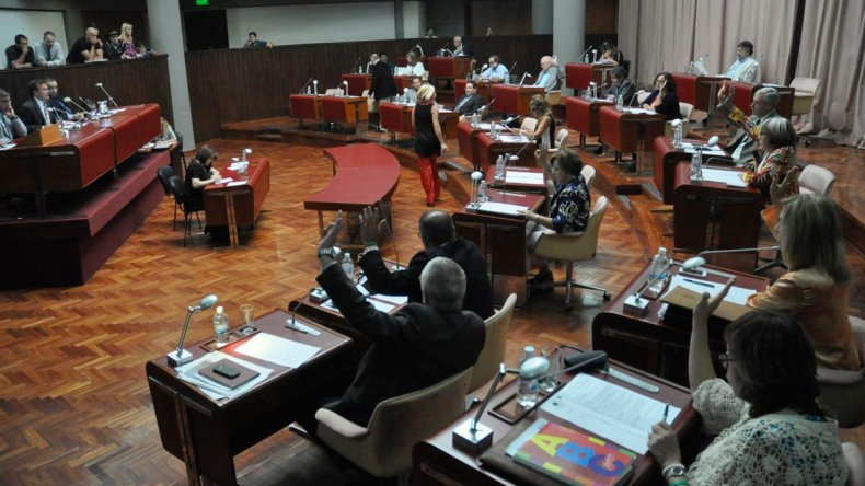 Dos temas prioritarios para la actual gestión provincial deben ser tratados en la sesión de hoy.