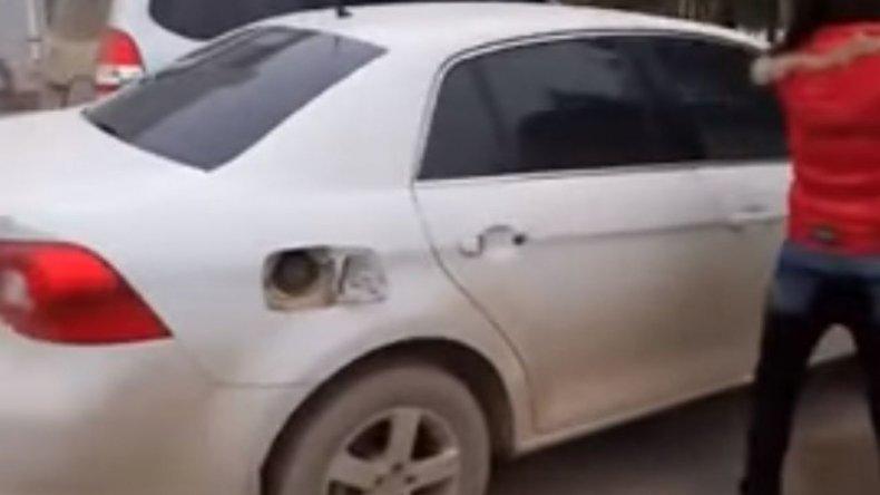 Descubrió que su marido  era infiel y le rompió el auto