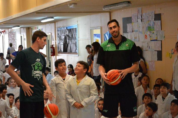 Jugadores sorprendieron a los alumnos de la Esc N° 39