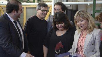 Los hijos de Mario José Bladilo recibieron el reconocimiento póstumo otorgado a su padre.