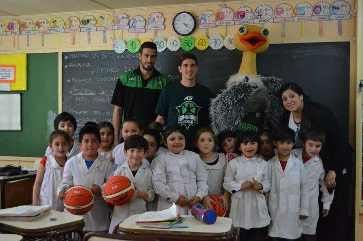Los jugadores de Gimnasia Indalo en sus visitas semanales a Escuelas