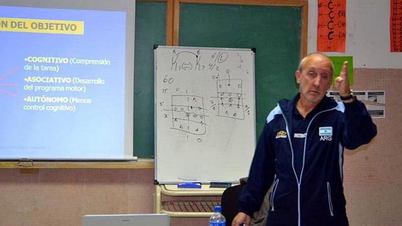 Jorge Bellendier comparte desde esta tarde 20 años de vóley con los entrenadores locales