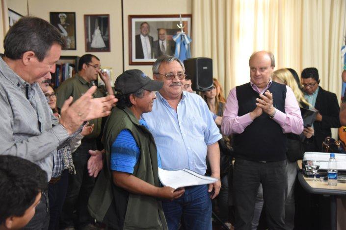 Una veintena de familias que integraban una lista de espera de la Secretaría de Tierras recibieron ayer las resoluciones por las cuales se les otorgó un lote.