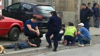 El cuerpo de la víctima fue cubierto con una sábana. A su lado se encuentra su hermano, quien al igual que el padre quedó detenido hasta que se aclare su situación procesal.