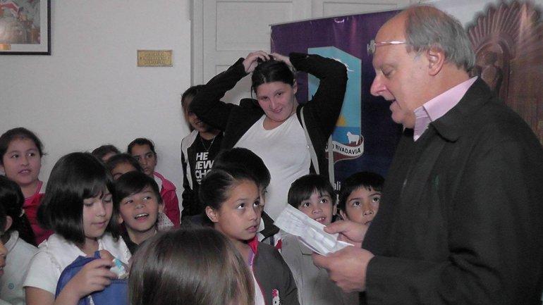 El intendente Néstor Di Pierro al recibir ayer a estudiantes de la Escuela 221 por una actividad pedagógica.