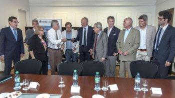 En otra de las actividades desarrolladas en Buenos Aires, el gobernador Martín Buzzi y representantes del municipio comodorense firmaron el convenio con el Ministerio de Planificación Federal para incorporar dos aceleradores al CABIN.