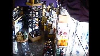 Rompieron la vidriera y se robaron las botellas de una vinería