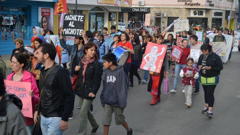 {altText(<p>Comodoro volvió a pedir #NiUnaMenos. Foto: Norberto Albornoz</p>&nbsp;,Comodoro volvió a pedir #NiUnaMenos)}