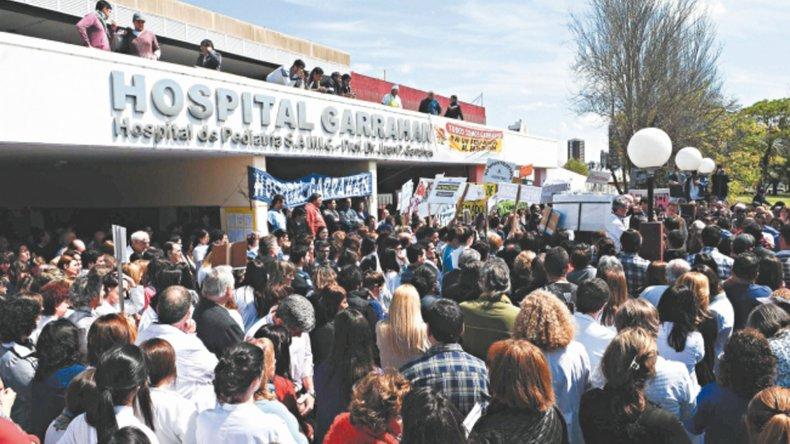 Médicos del Garrahan buscan evitar que se vote la reducción de presupuesto para el hospital.