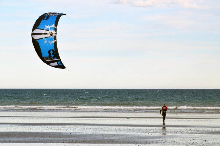 El kitesurf se ha instalado en la playa radatilense y cada vez son más los riders que se suman a la actividad.