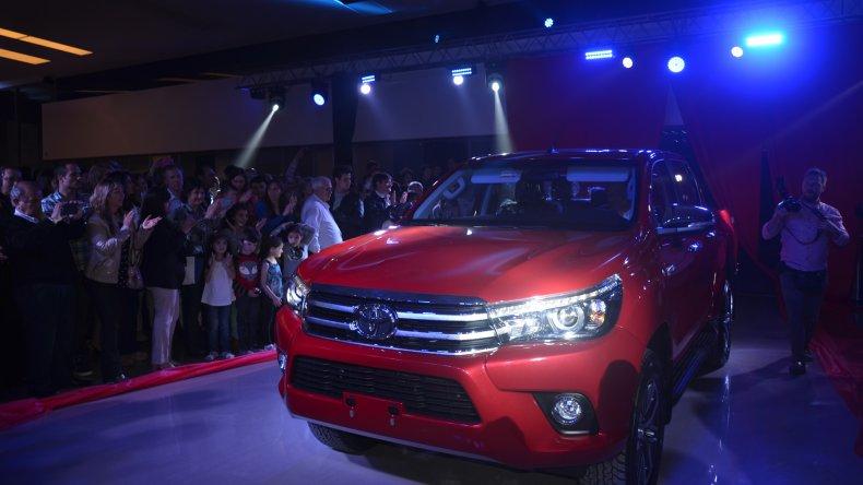 El misterio se devela con el ingreso de la nueva Toyota Hilux al salón donde aguardaba el público.