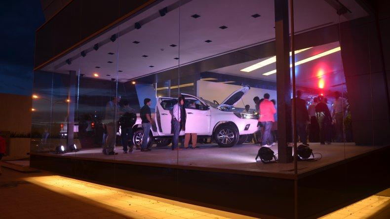 El público observa la motorización y el confort del interior de la nueva Toyota Hilux.
