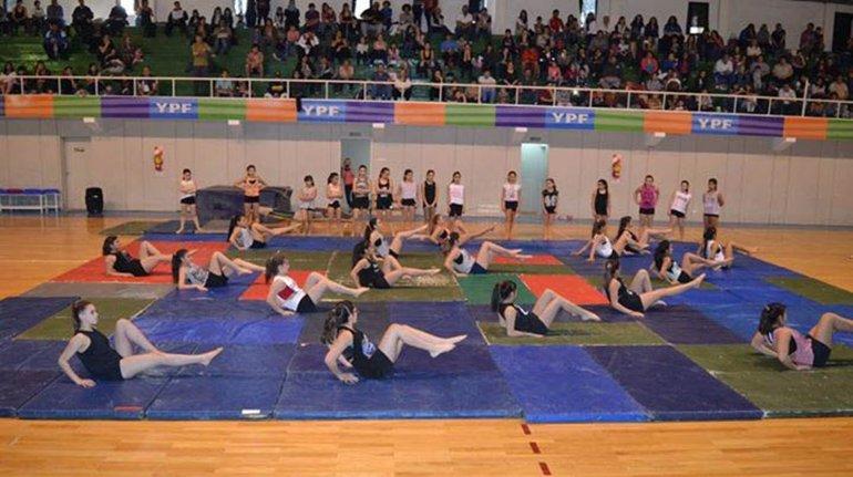 Escuelas municipales y dos privadas ofrecerán hoy distintas coreografías en el gimnasio municipal 1.