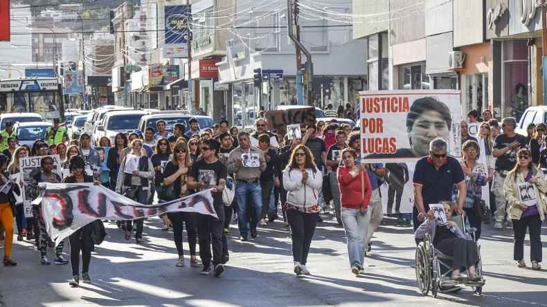 La abuela de Lucas Díaz en silla de ruedas encabezó ayer la marcha de pedido de justicia por los homicidios ocurridos en esta ciudad.