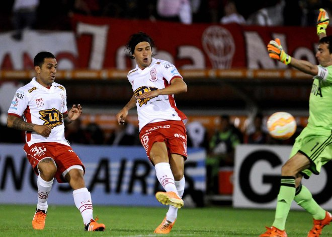 Patricio Toranzo en la acción del primer gol de Huracán anoche ante River en Parque de los Patricios.