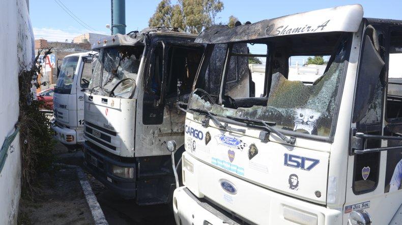 Los camiones atmosféricos de Ricardo Alvarado fueron blanco de un atentado cuando estaban estacionados en Rivadavia y Kennedy.