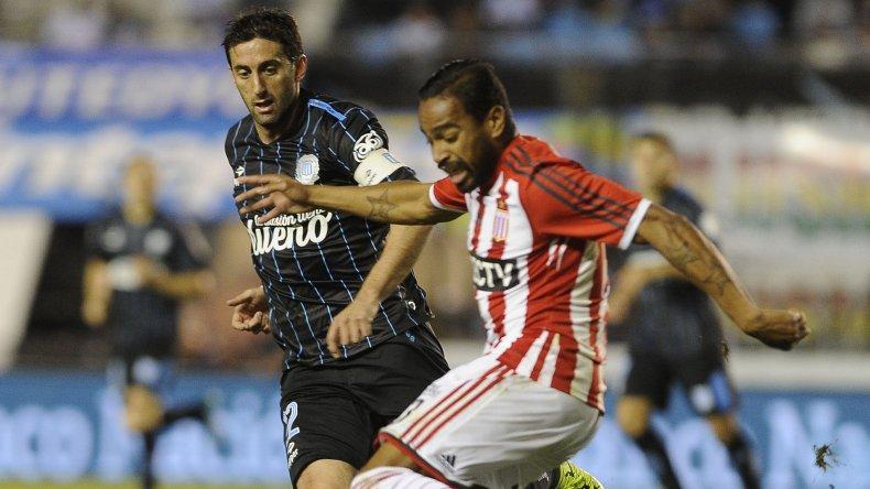 El uruguayo Alvaro Pereira disputa el balón con Diego Milito.