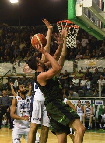 Federico Aguerre intenta convertir de dos puntos en el partido jugado anoche en el Socios Fundadores.