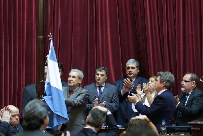 Los pares de Marcelo Guinle en la Cámara alta lo aplaudieron cuando izó la bandera en el recinto