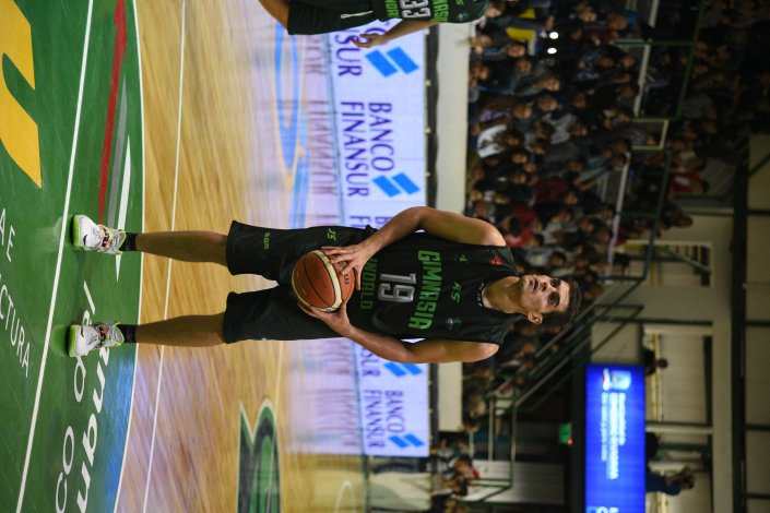 Leonardo Mainoldi en la línea de lanzamientos libres en un partido de Gimnasia Indalo.