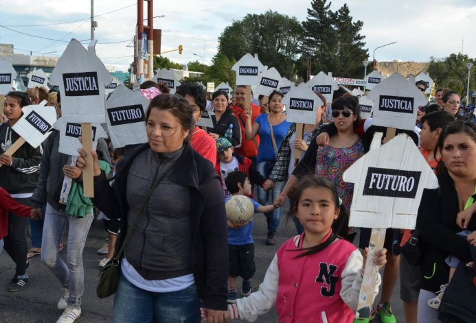 El grupo de no usurpadoras continúa realizando marchas diariamente por las calles céntricas de Caleta Olivia.