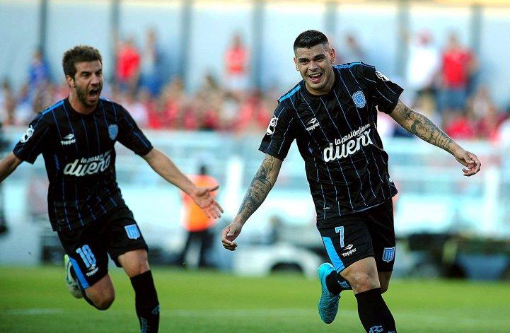 Gustavo Bou festeja junto a Francisco Cerro el primer gol de Racing ayer en cancha de Independiente.